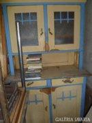 Régi felújításra szoruló konyhaszekrény