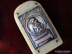 MADONNA A KISDEDDEL ezüstözött márványon 1922