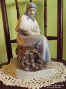 Zsolnay Rőzsén ülő nő