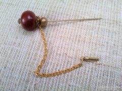 Régi kalaptű borostyánnal aranyozott lánccal ékítve