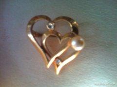 Aranyozott szívben szív kitűző, gyöngy ,csiszolt köves dísz