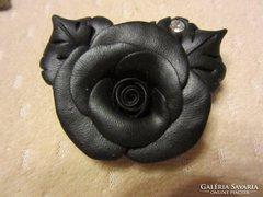 Nagyon szép fekete rózsa bross kővel díszítve