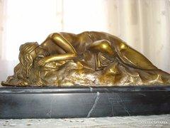 Pihenő lány - bronz kisplasztika, márvány talpon