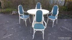 Thonet stil karszékek, asztal.