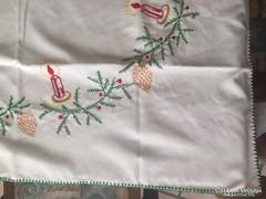 Kézzel hímzett karácsonyi terítő