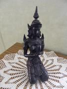 Térdelő istennő szobor