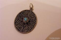 Tibeti ezüst filigrán jellegű Türkinit köves medál. 3 cm.