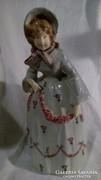Kalapos hölgy fajansz szobor