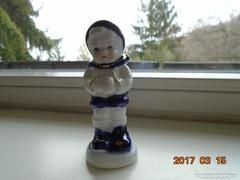 Didergő porcelán fiúcska