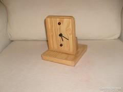 Egyedi készítésű dönthető fa tokos  óra aprólékos munkával készült