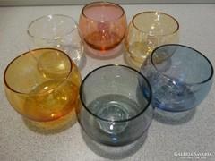 Színes likőrös poharak irrizáló fénnyel