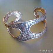 Széles ezüst karperec kalapált hatású felülettel