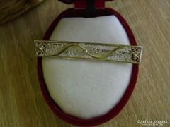 Filigrán ezüstözött kitűző
