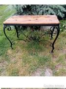 Kovácsoltvas asztal ,rusztikus fa lappal.92 x 57 x 52 cm.