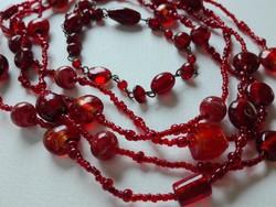 Hosszú, igényes üveggyöngysor karkötővel, gyönyörű vörös