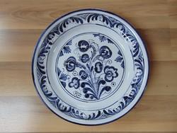 Fehér ónmázas kerámia tál, kézi festésű habán motívumokkal