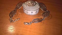 Csigavonalas, vésett mintás ezüst karkötő, mutatós, impozáns darab