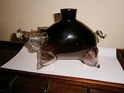 Malac alakú kézműves italos palack -vastag, masziv.