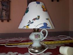 Rézbetétes porcelán éjjeli lámpa működik