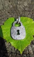 Több, mint 100 cirkonnal díszített ezüst lakat medál  4,3cm!