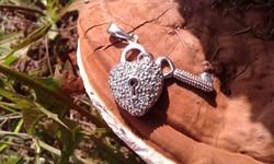 Cirkonköves jelzett SZERELEM LAKAT kulccsal ezüst medál