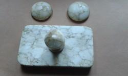 Három márvány levélnehezék egyben.
