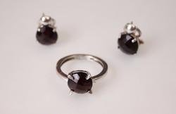 Rubin színű kövekkel díszített ezüst női gyűrű és fülbevaló