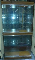 Vitrin, 2 db üveg jobbra, balra eltolható ajtóval