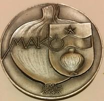 Makó emlékérem :városháza,hagyma,mérete:60mm, súlya :77gr.,anyaga: ezüstözött bronz szoc. címerel