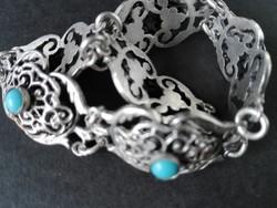 Ezüst színű törött, antik kapocs nélküli karkötő türkizekkel eladó