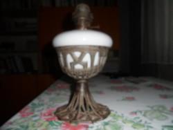 Régi porcelán petróleum lámpa díszes fém talapzattal
