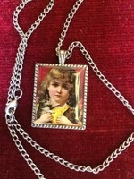 Vintage nyaklánc, bájos kislánnyal és cicával