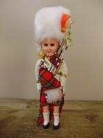 Ritka kézzel készített skót dudás baba dobozában