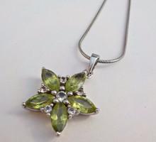 Ezüst nyaklánc gyönyörű zöld köves virág medállal