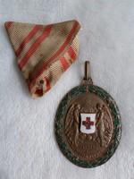 Eredeti Monarchiás Osztrák Vöröskereszt díszjelvény hadi díszítményével 1914.