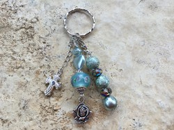 Kulcstartó halvány kék színben, kereszt és rózsa fityegőkkel