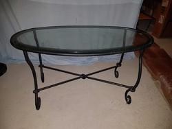 Ovális üveglaspos dohányzó asztal kivácsoltvas lábakkal