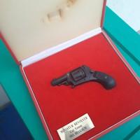 Régi revolver dobozában hatástalanítva