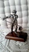 Fa talapzaton fém szobor