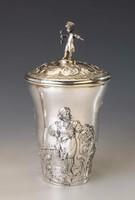 Ezüst antik fedeles pohár, kulcsot fogó gyerekkel