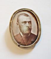 Ezüst keretben porcelán arckép bross