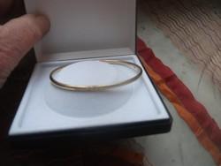 14 K arany karék reif karkötő 4,4 gr 3mm széles vésett mintával nagyon finom nagyon nőies, elegáns