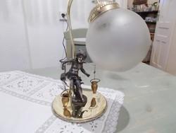 On figurás asztali lámpa