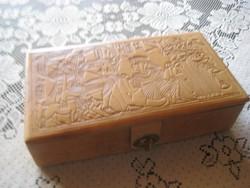 Egyiptomi . bőr bevonatú  díszdoboz   selyem béléssel  23x13 x6 cm