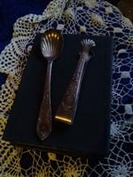 Gyönyörű régi aprólékosan kidolgozott ezüstözött cukorcsipesz, kanál, és porcelánkanál