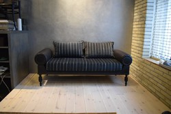 Antik kanapé modernizált átdolgozása, nemes anyagokkal kárpitozva, felületkezelve.