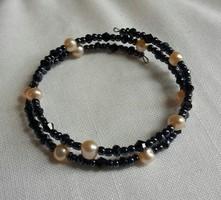 Tenyésztett gyöngy és fekete üveg gyöngy merev karkötő /ingyenes postával/