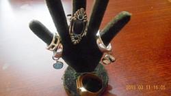 Sötét Zöld Bársony Gyűrű Tartó Gyűrűkkel Együtt!