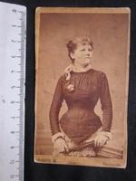 FOTÓ FOTÓGRÁFIA FÉNYKÉP MŰTERMI JELZETT KEMÉNYHÁTÚ ELŐKELŐ HÖLGY + LEGYEZŐ KÉPMÁS BUDAPEST cca 1890