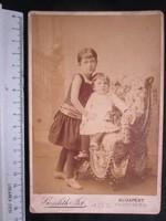 FOTÓ FOTÓGRÁFIA FÉNYKÉP MŰTERMI JELZETT KEMÉNYHÁTÚ ELŐKELŐ GYERMEK TESTVÉR PÁR KÉP BUDAPEST kb 1890